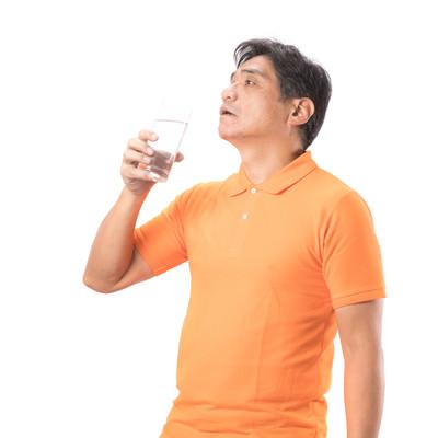「水を飲んでほっと一息するお父さん」の写真素材