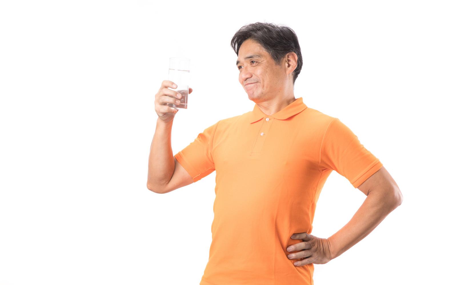 「こまめな水分補給が健康の証!と胸をはる中年男性」の写真[モデル:よたか]
