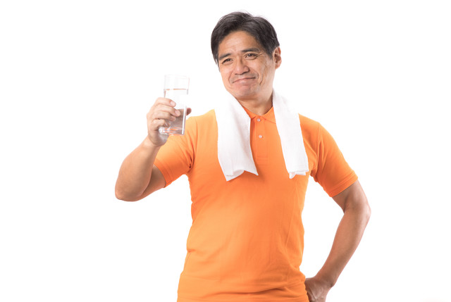 運動時も水分補給する中年男性の写真