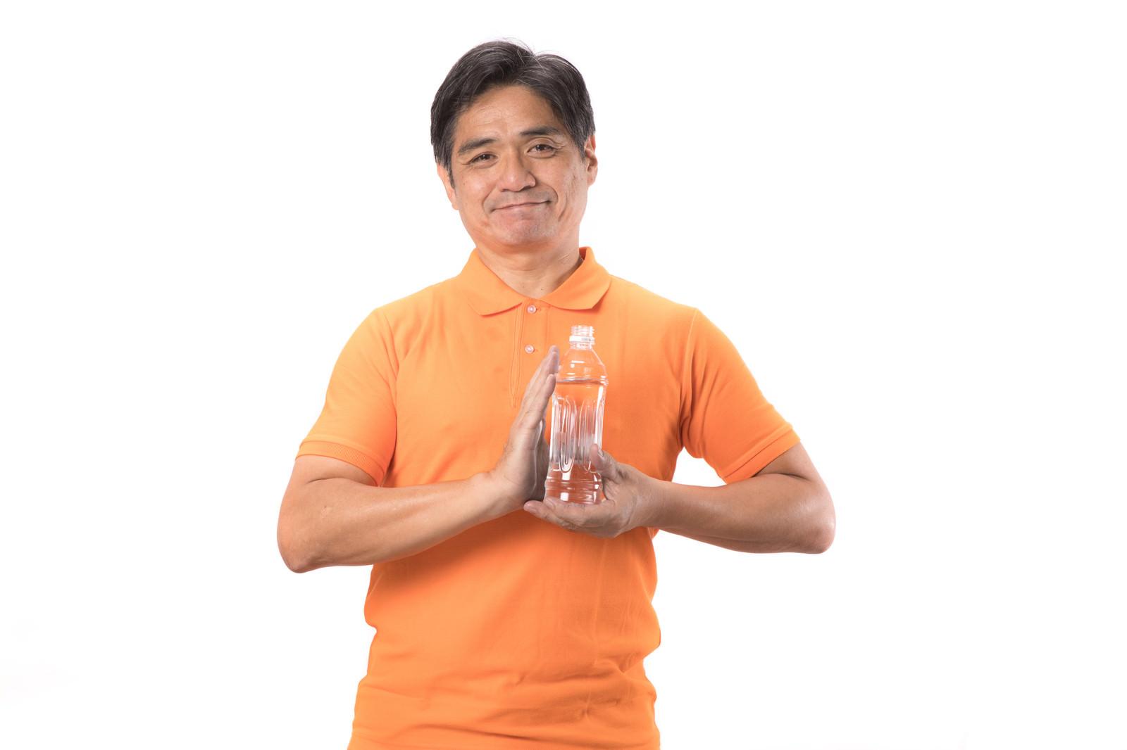 「熱中症対策にペットボトルを持ち歩こう」の写真[モデル:よたか]