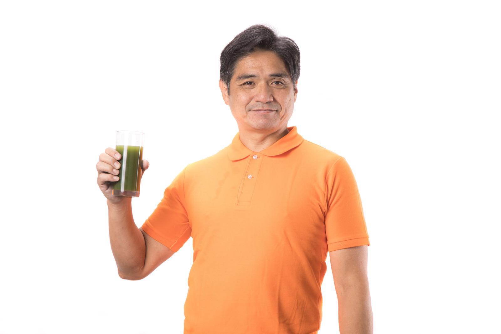 「青汁を片手に持った中年男性青汁を片手に持った中年男性」[モデル:よたか]のフリー写真素材を拡大
