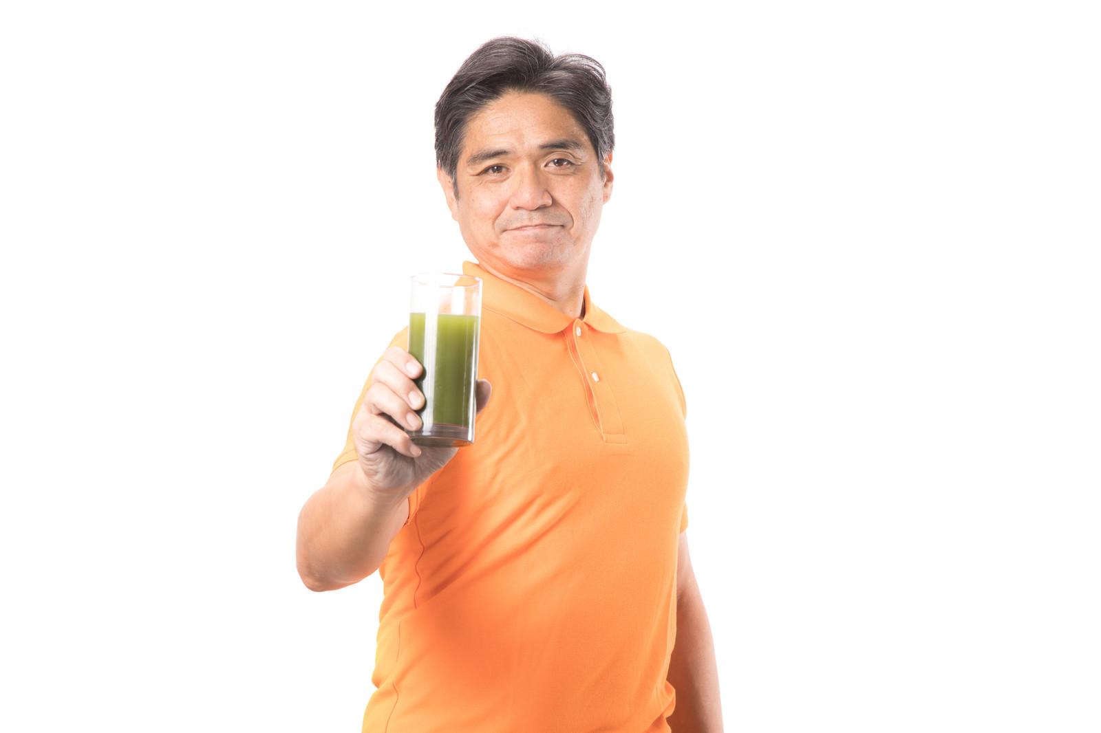 「青汁を飲んで生き生きとしている中年男性」の写真[モデル:よたか]