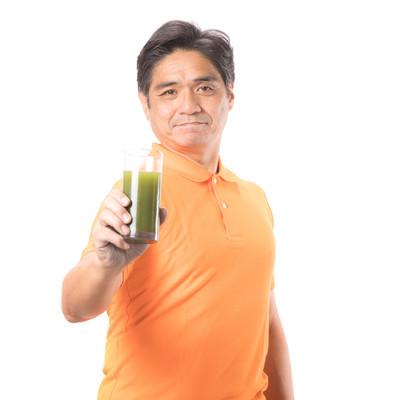 「青汁を飲んで生き生きとしている中年男性」の写真素材