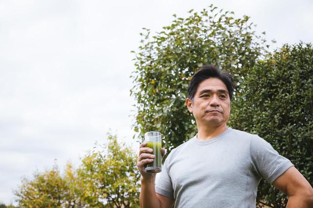 青汁と中年男性の写真