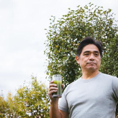 「青汁と中年男性」の写真素材