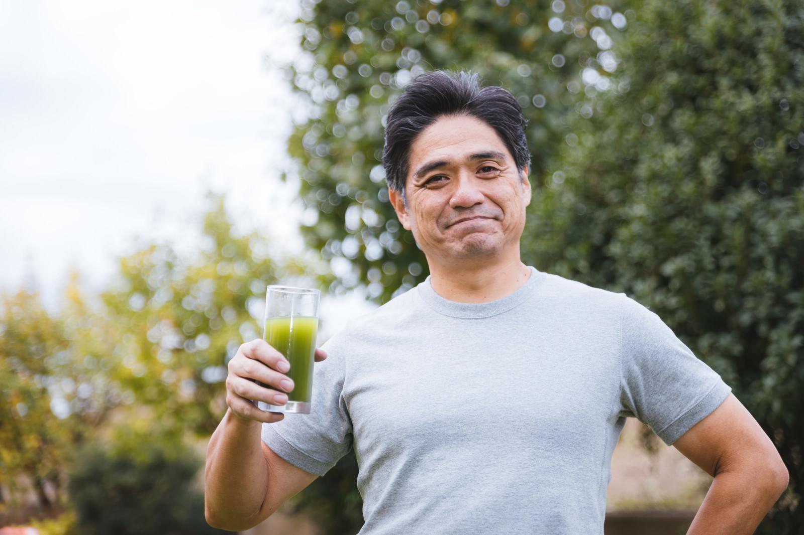 「青汁と爽やかなな中年男性」の写真[モデル:よたか]