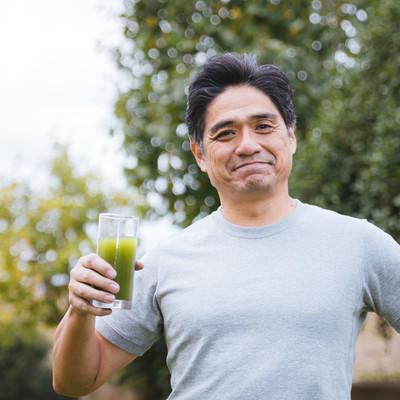 青汁と爽やかなな中年男性の写真