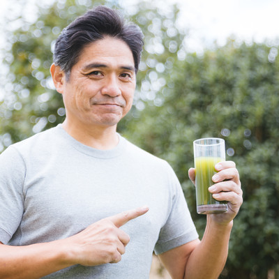 「私は毎日この青汁一杯で健康を保っています系」の写真素材