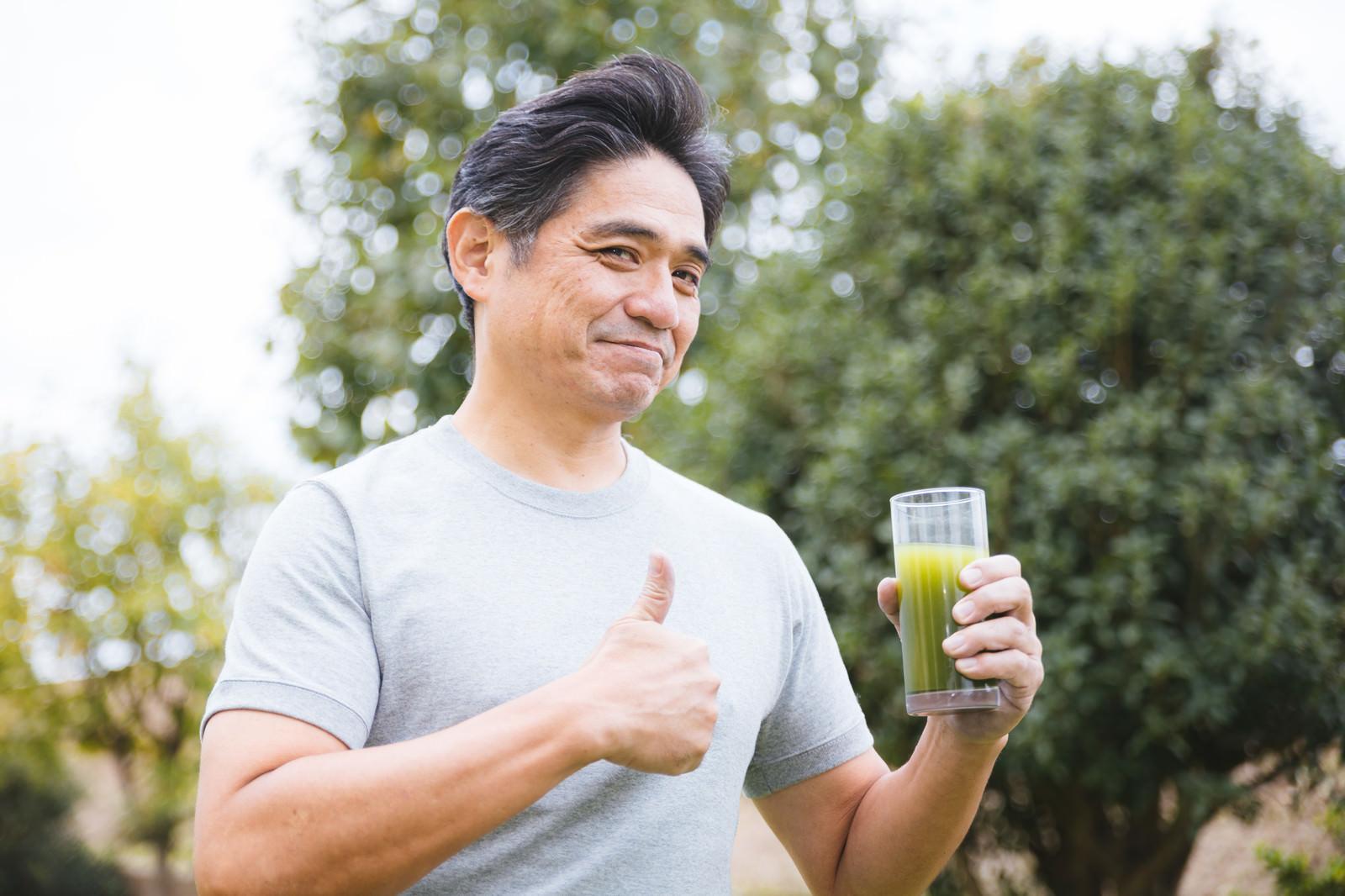 「父が青汁をすすめてきます | 写真の無料素材・フリー素材 - ぱくたそ」の写真[モデル:よたか]