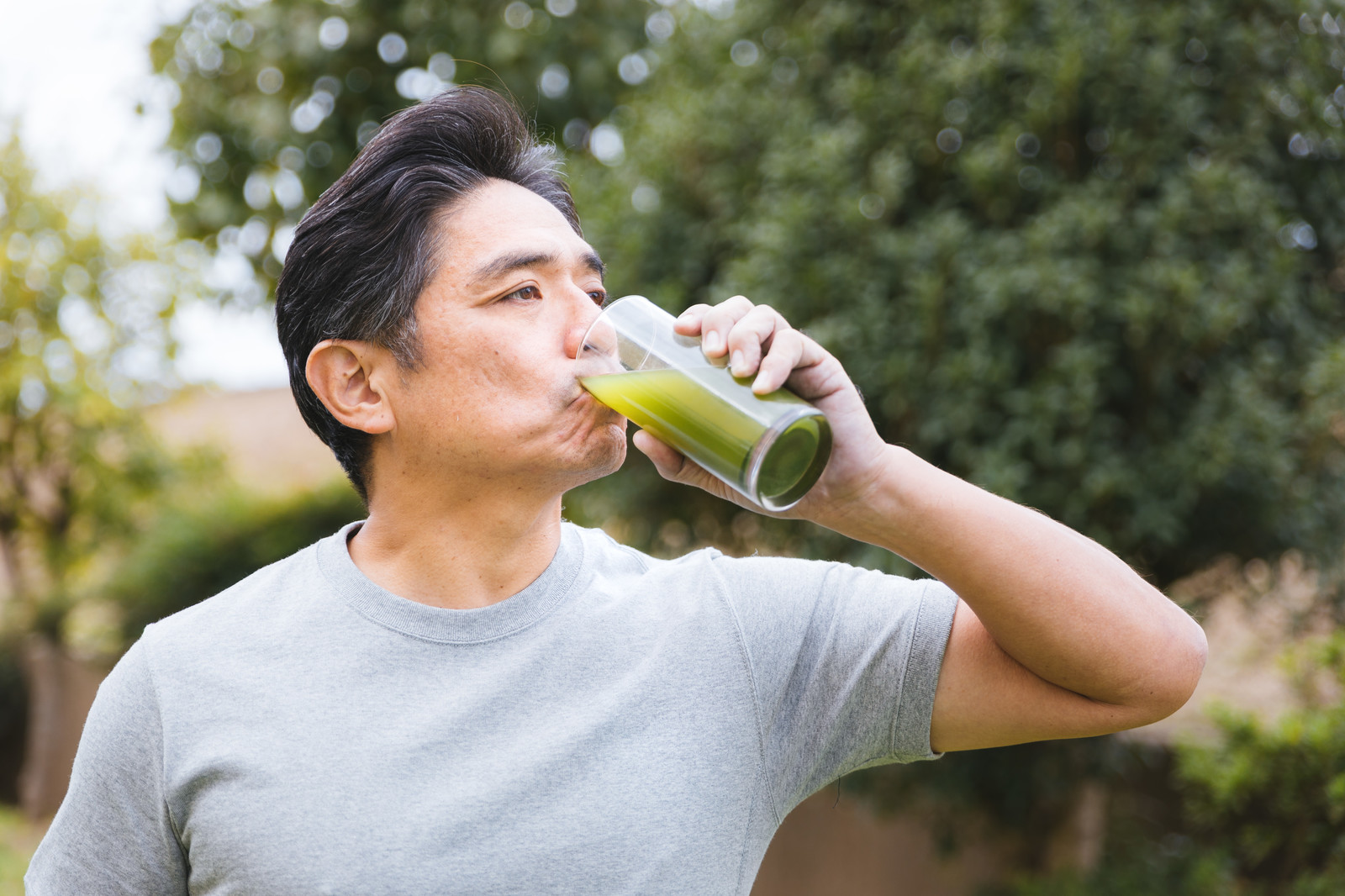 「青汁ゴクゴク!飲む中年青汁ゴクゴク!飲む中年」[モデル:よたか]のフリー写真素材を拡大