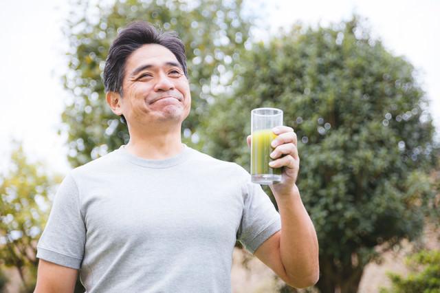 青汁を飲んでご満悦の父の写真