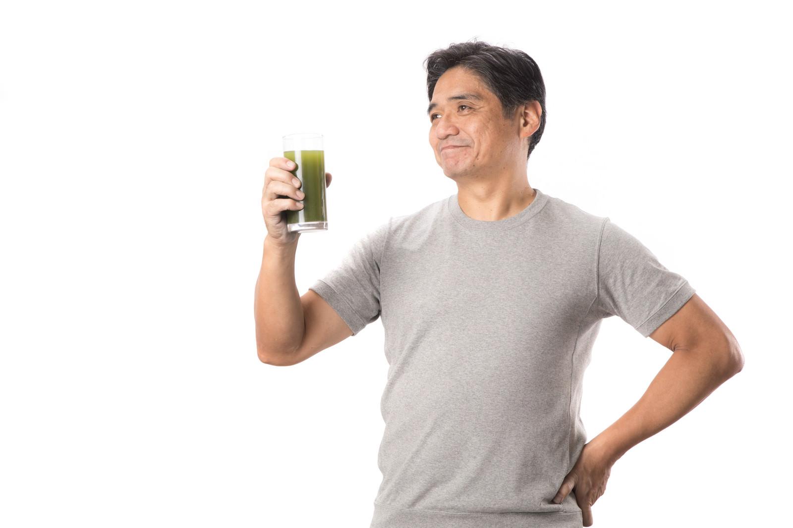 「栄養豊富の青汁と健康を気にする中年男性」の写真[モデル:よたか]