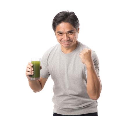 「青汁ガッツをキメる中年男性」の写真素材