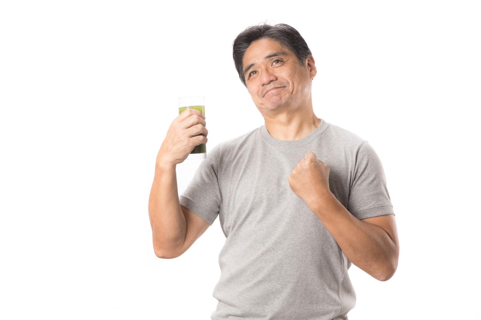 「青汁が体にしみる中年男性」の写真[モデル:よたか]