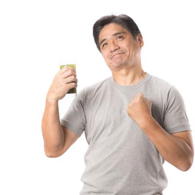 青汁が体にしみる中年男性の写真