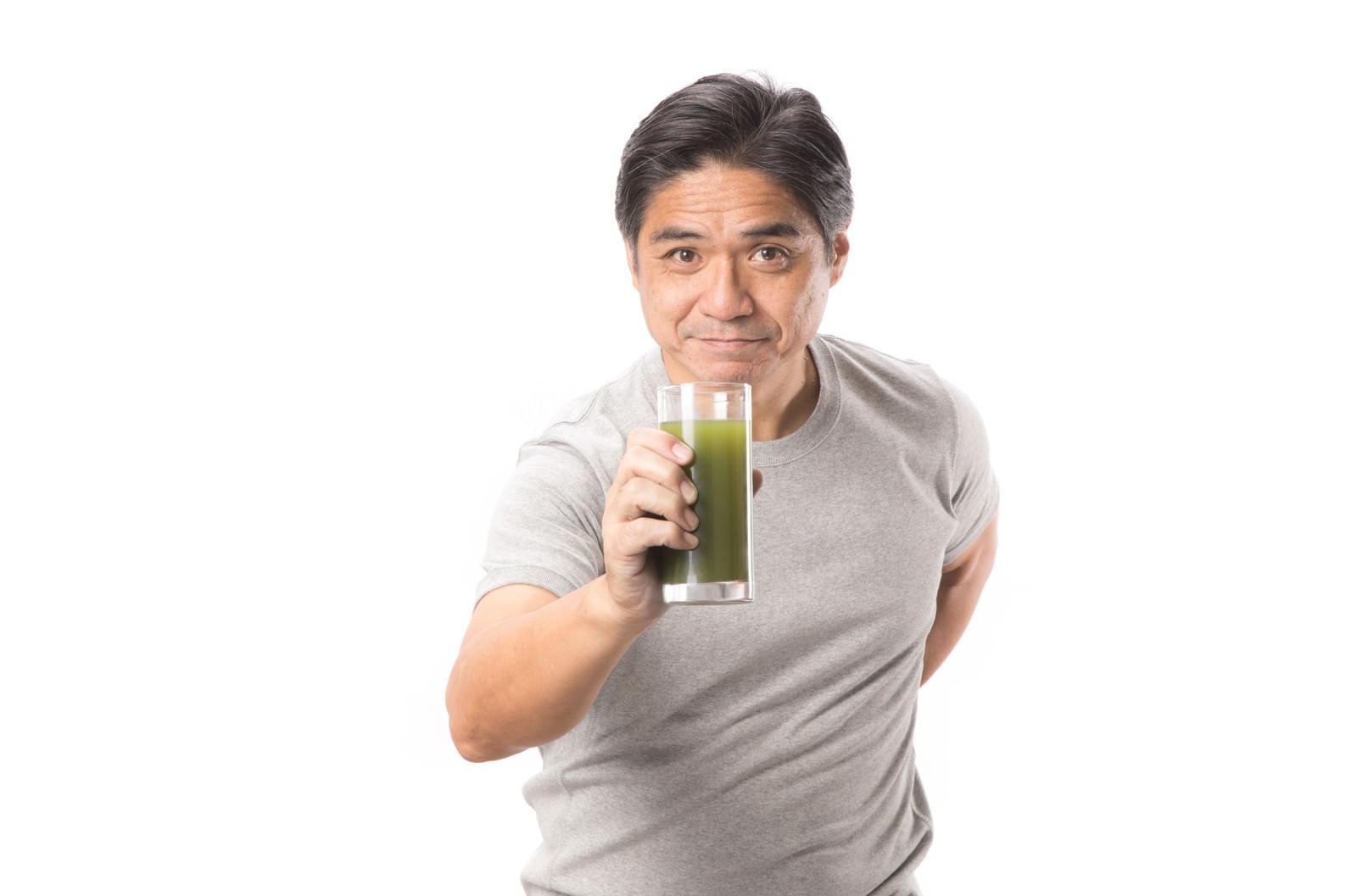 「青汁のおかわりはいかがですか?青汁のおかわりはいかがですか?」[モデル:よたか]のフリー写真素材を拡大