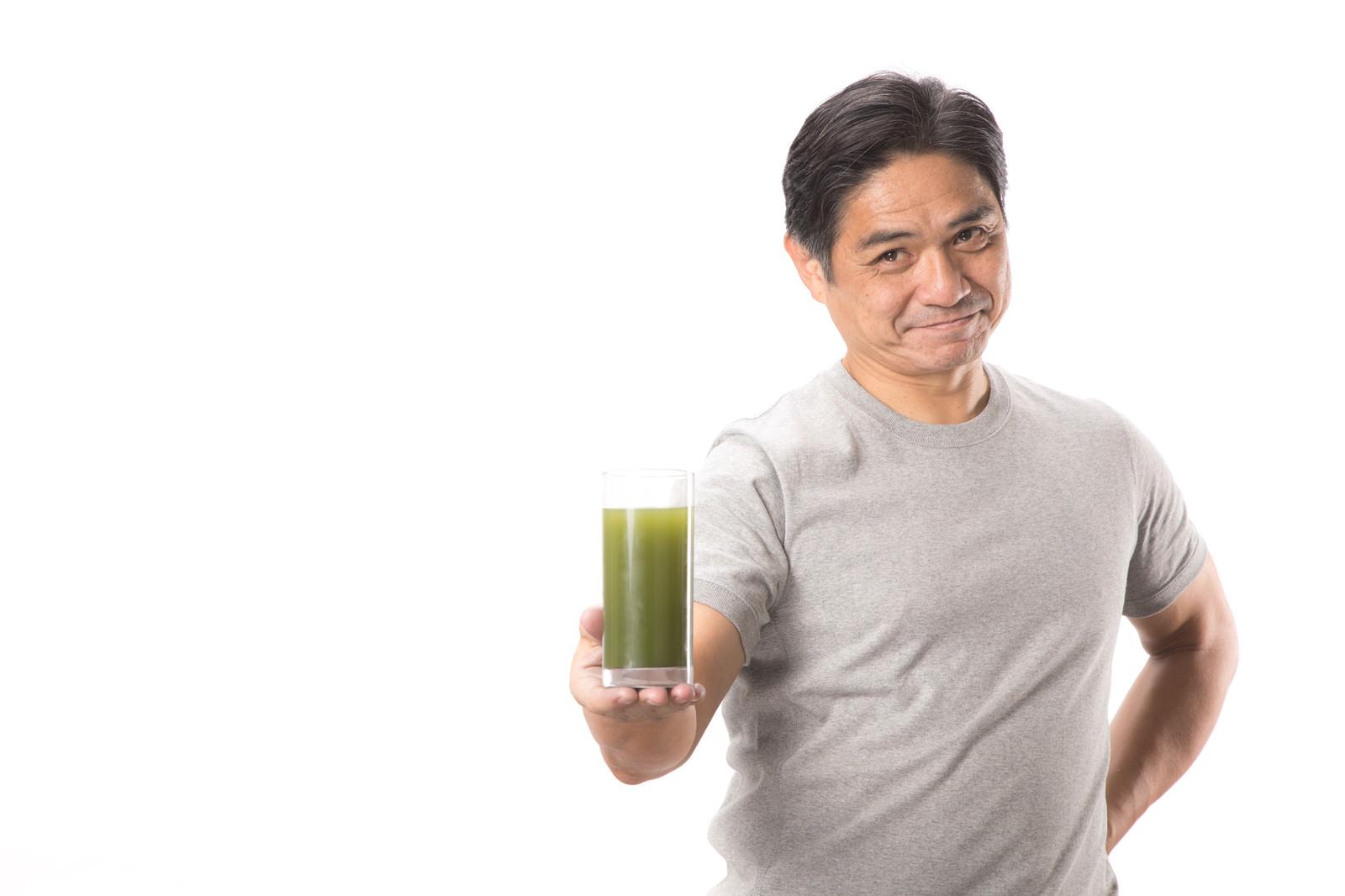「私がおすすめする青汁はこちらです(中年男性)私がおすすめする青汁はこちらです(中年男性)」[モデル:よたか]のフリー写真素材を拡大