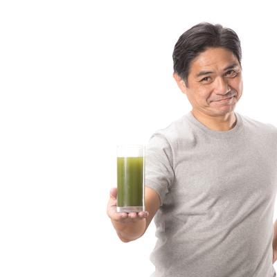 「私がおすすめする青汁はこちらです(中年男性)」の写真素材