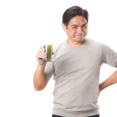 「青汁が大好きな中年男性」の写真素材