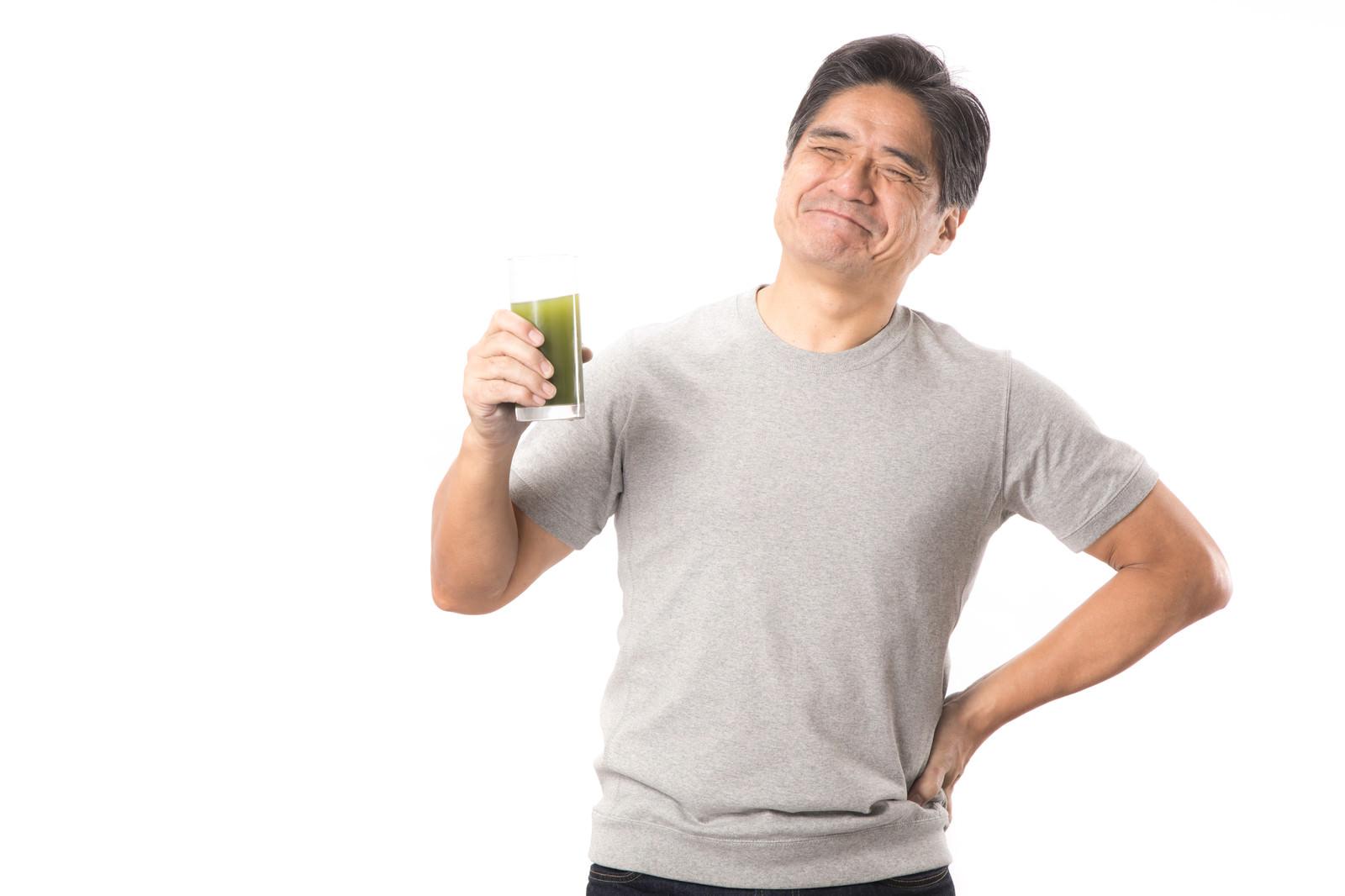 「青汁を飲んでこぼれる笑顔(中年男性)」の写真[モデル:よたか]