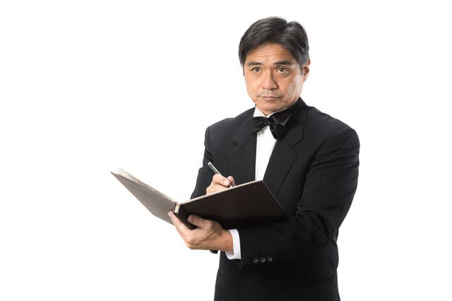 顧客リストを作成する支配人の写真