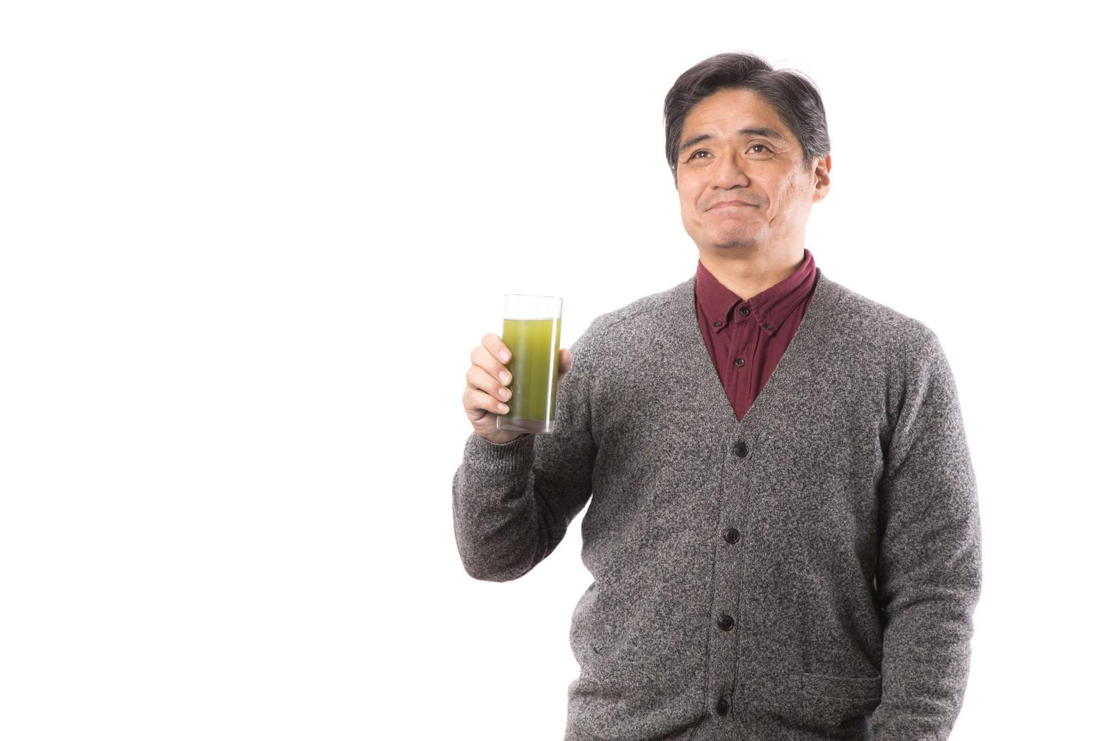 「青汁の良さを伝えるお父さん」の写真[モデル:よたか]