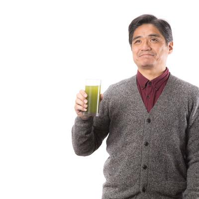 「青汁の良さを伝えるお父さん」の写真素材