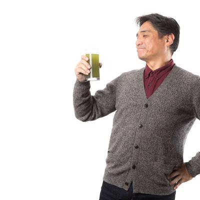 「清々しい気持ちで青汁を飲むお父さん」の写真素材