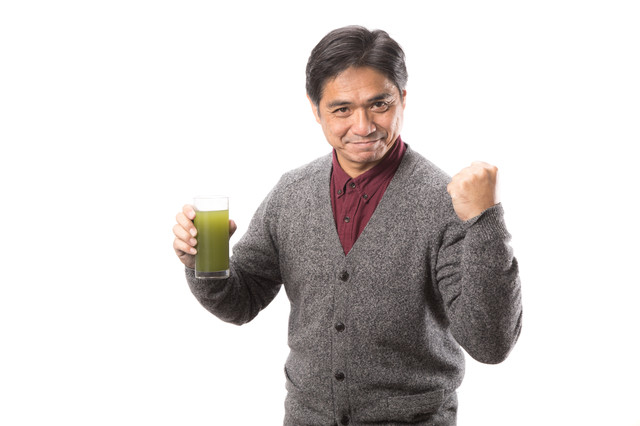 「青汁を飲んで元気だしてこ!(中年男性)」のフリー写真素材