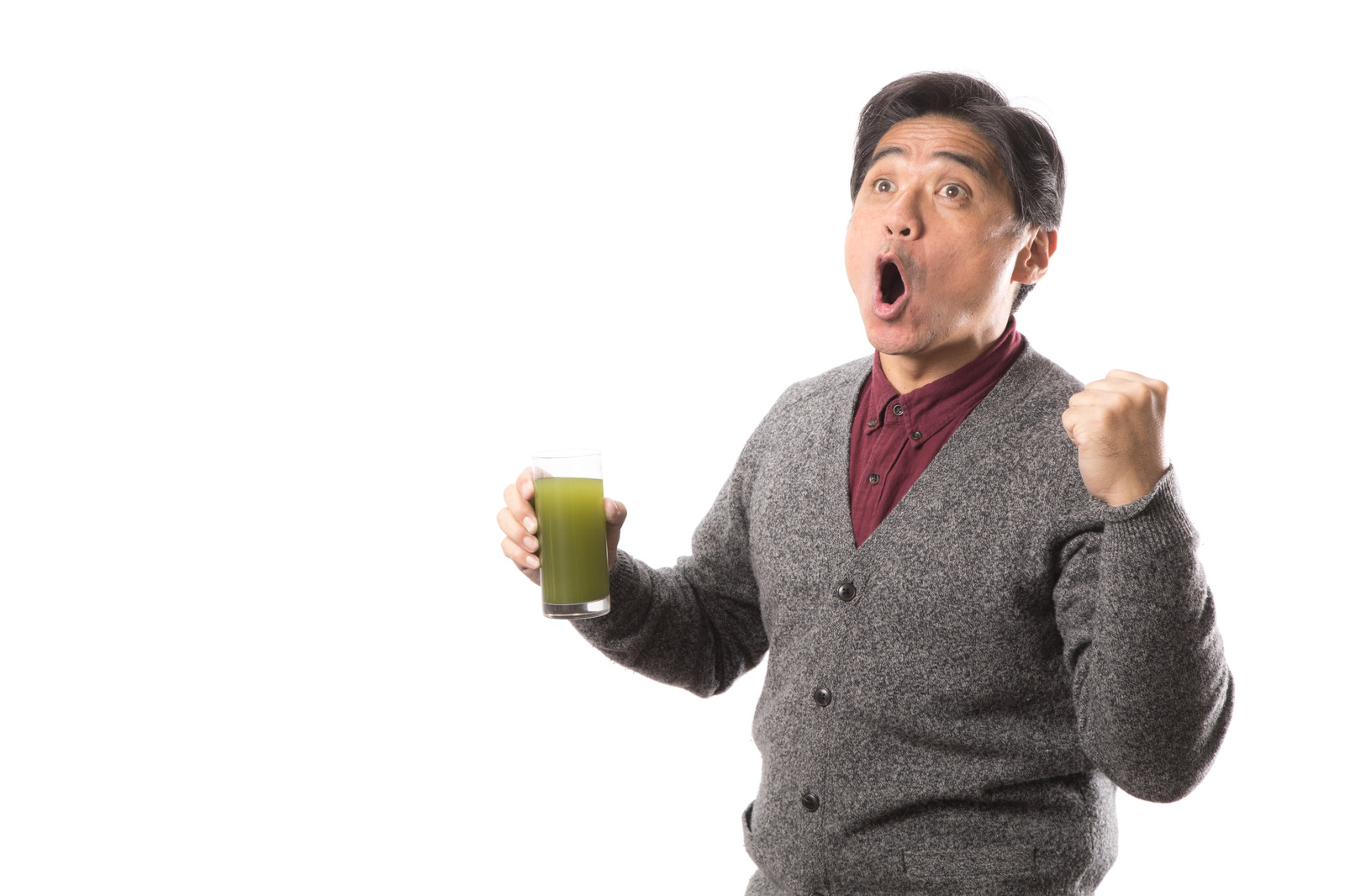 「青汁を飲みながら雄叫びをあげるお父さん」の写真[モデル:よたか]