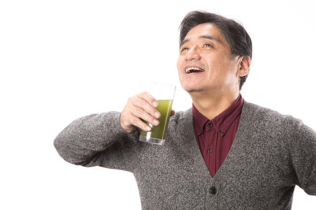 青汁を飲むことが日課のお父さんの写真