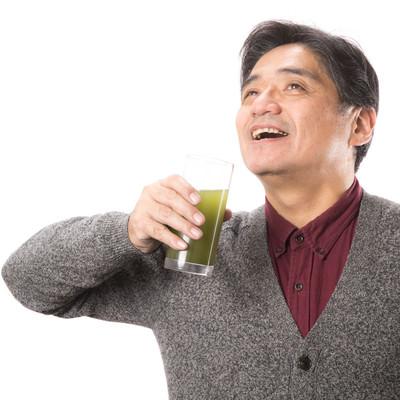 「青汁を飲むことが日課のお父さん」の写真素材