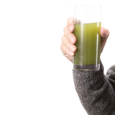 「青汁のグラスを持つ右手」の写真素材