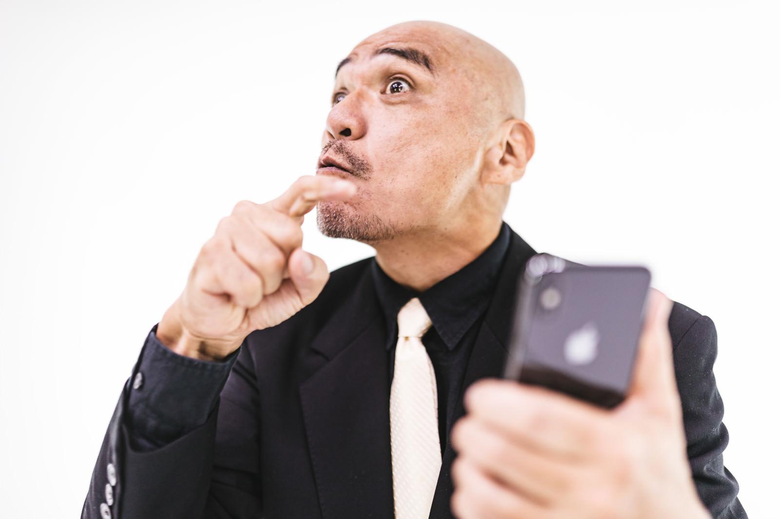「SNSの投稿にイチャもんをつける強面のおっさん」の写真[モデル:よたか]