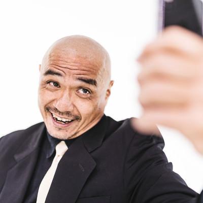 自撮り画像を送るスキンヘッドの強面中年の写真