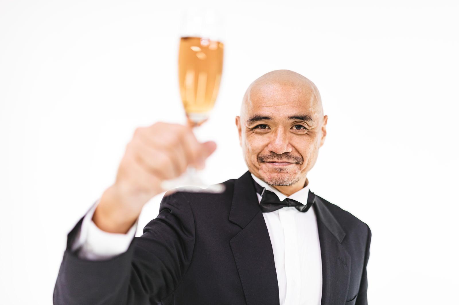 「グラスを片手にかんぱい」の写真[モデル:よたか]