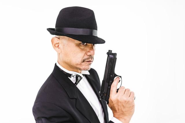拳銃を持ったエージェントの写真