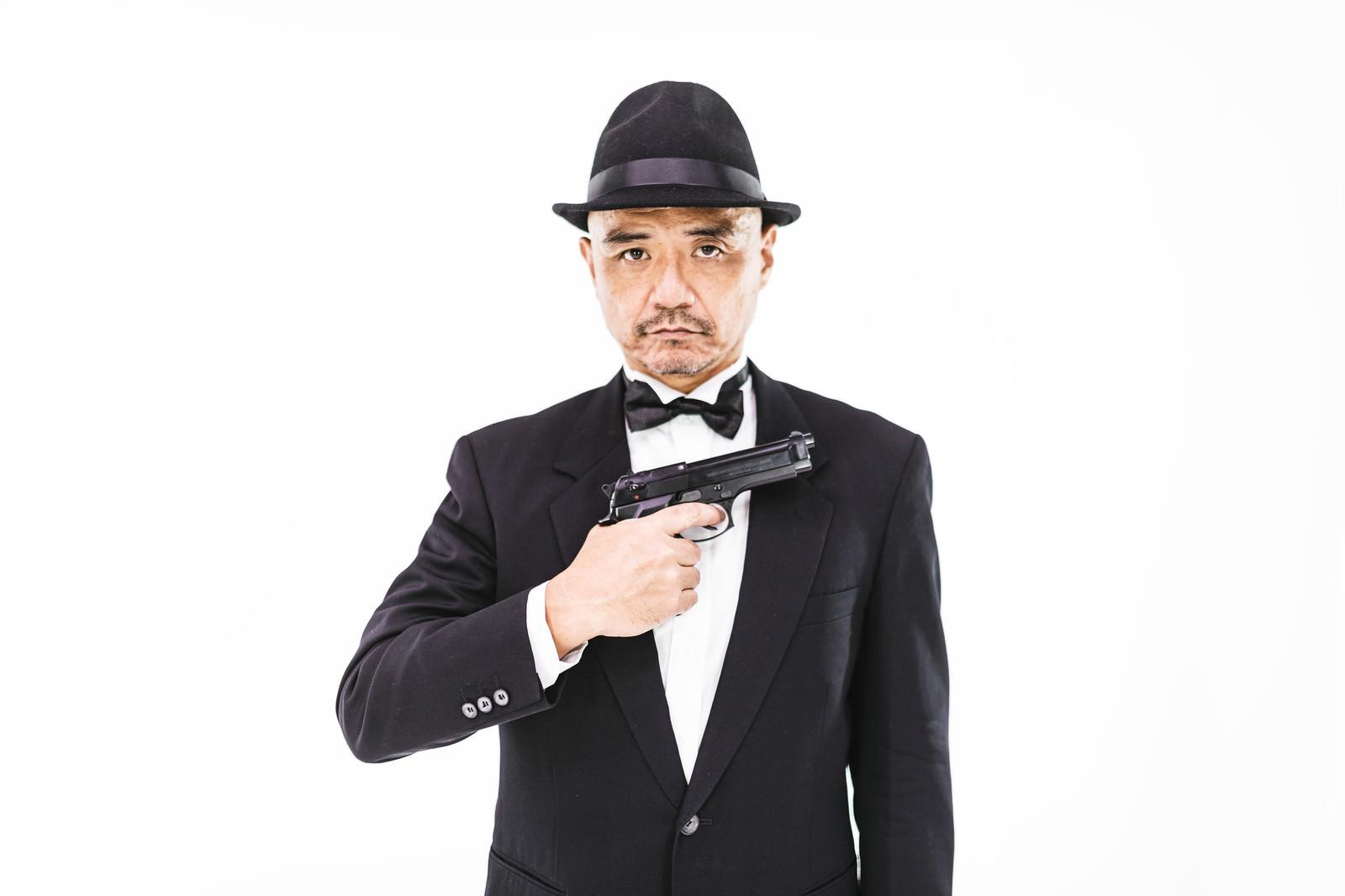 「スパイ映画に憧れる中年男性」の写真[モデル:よたか]
