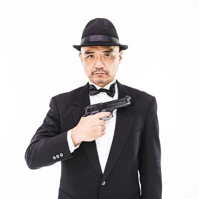 スパイ映画に憧れる中年男性の写真