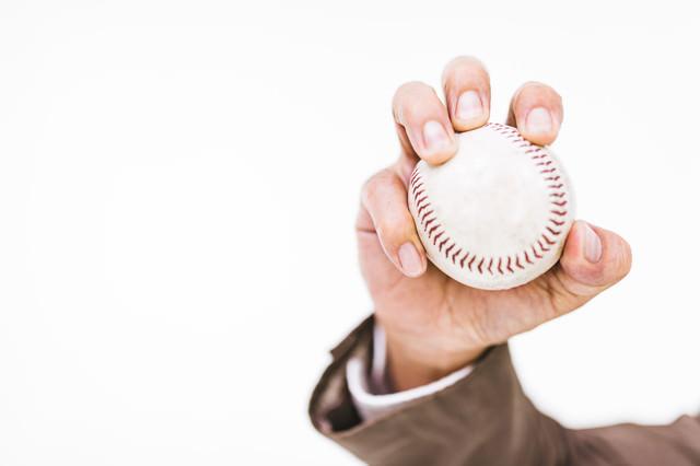 硬球を握る手の写真