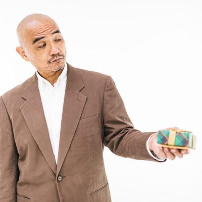 恥ずかしげにプレゼントを渡すミドルの写真