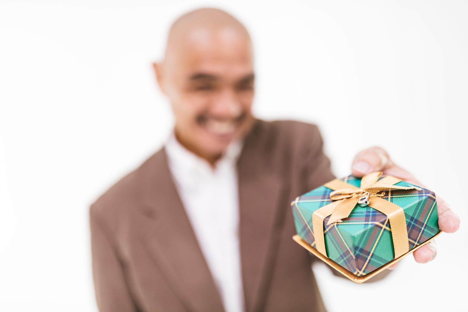 「怪しいミドルにプレゼントをもろた」の写真[モデル:よたか]