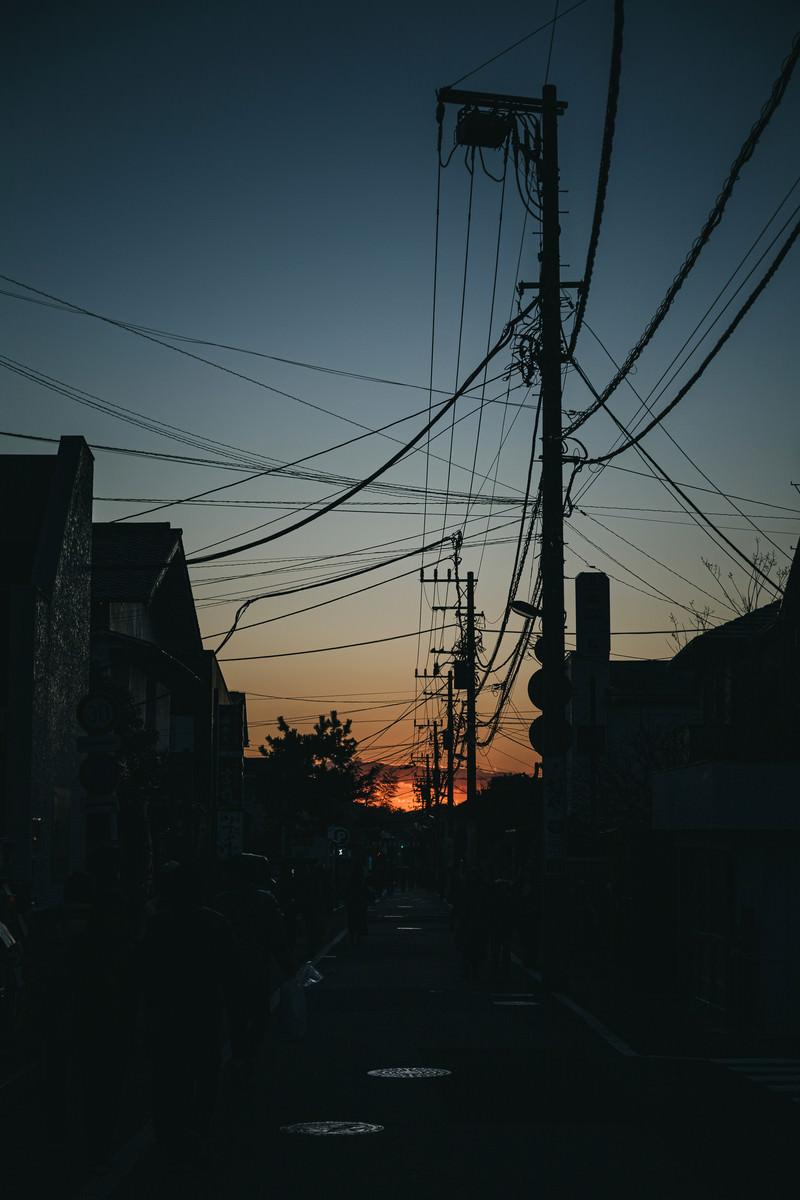 「夕暮れの住宅街を歩く」の写真