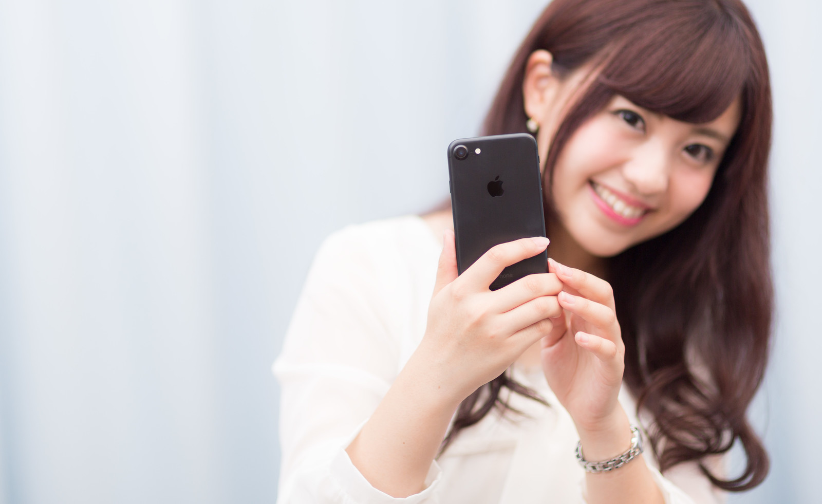 「黒いスマートフォンは大人っぽい?」の写真[モデル:河村友歌]