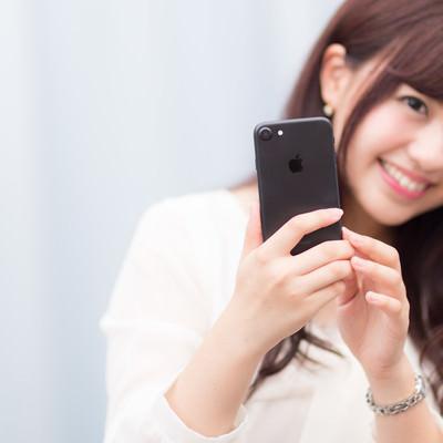 「黒いスマートフォンは大人っぽい?」の写真素材