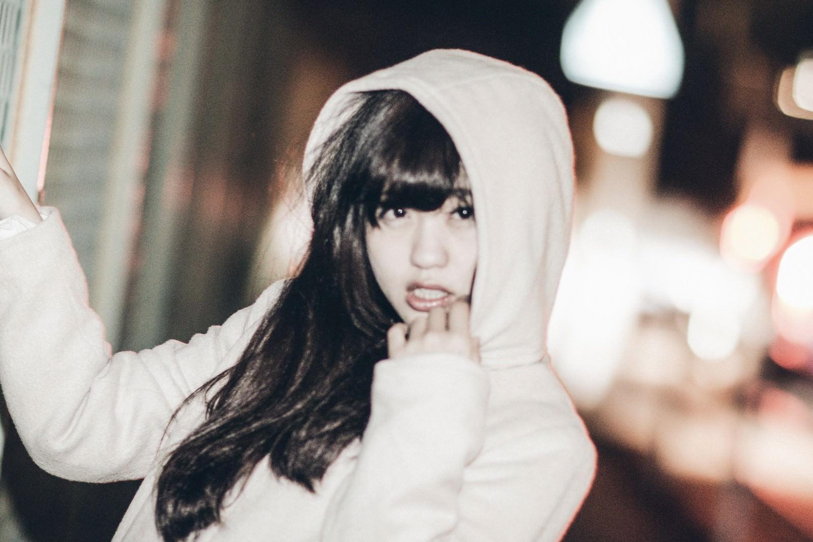 「フード姿のおかぶり女子フード姿のおかぶり女子」[モデル:河村友歌]のフリー写真素材を拡大