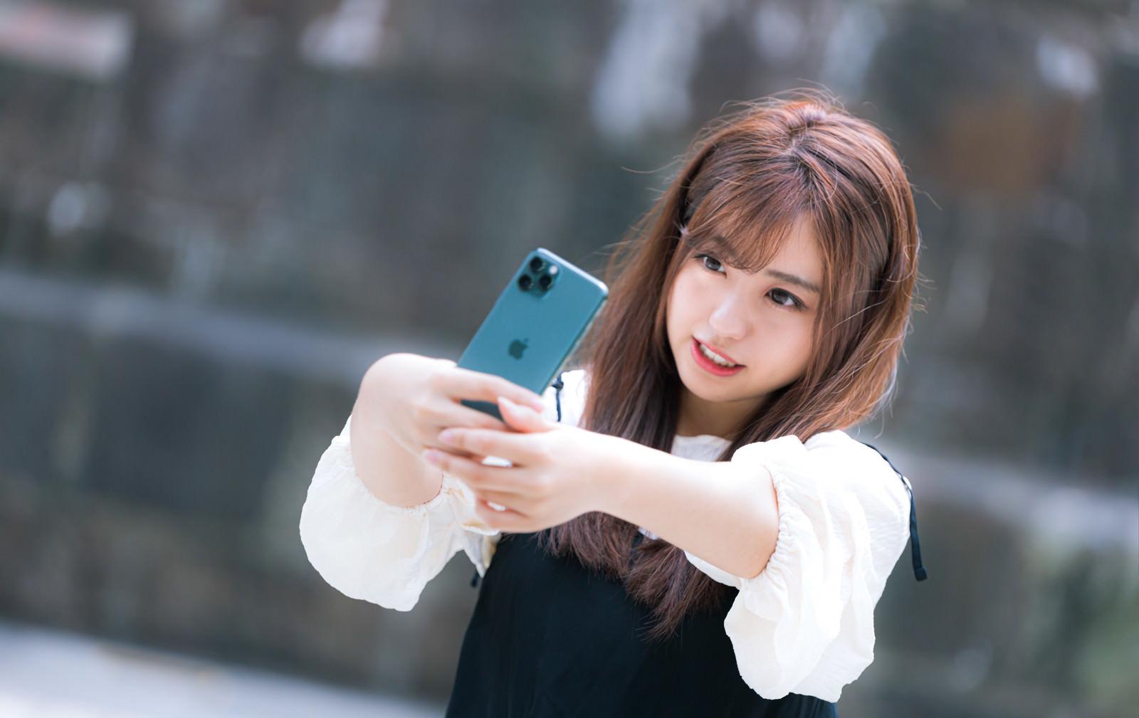 「iPhone 11 Pro で自撮り女子」の写真[モデル:河村友歌]
