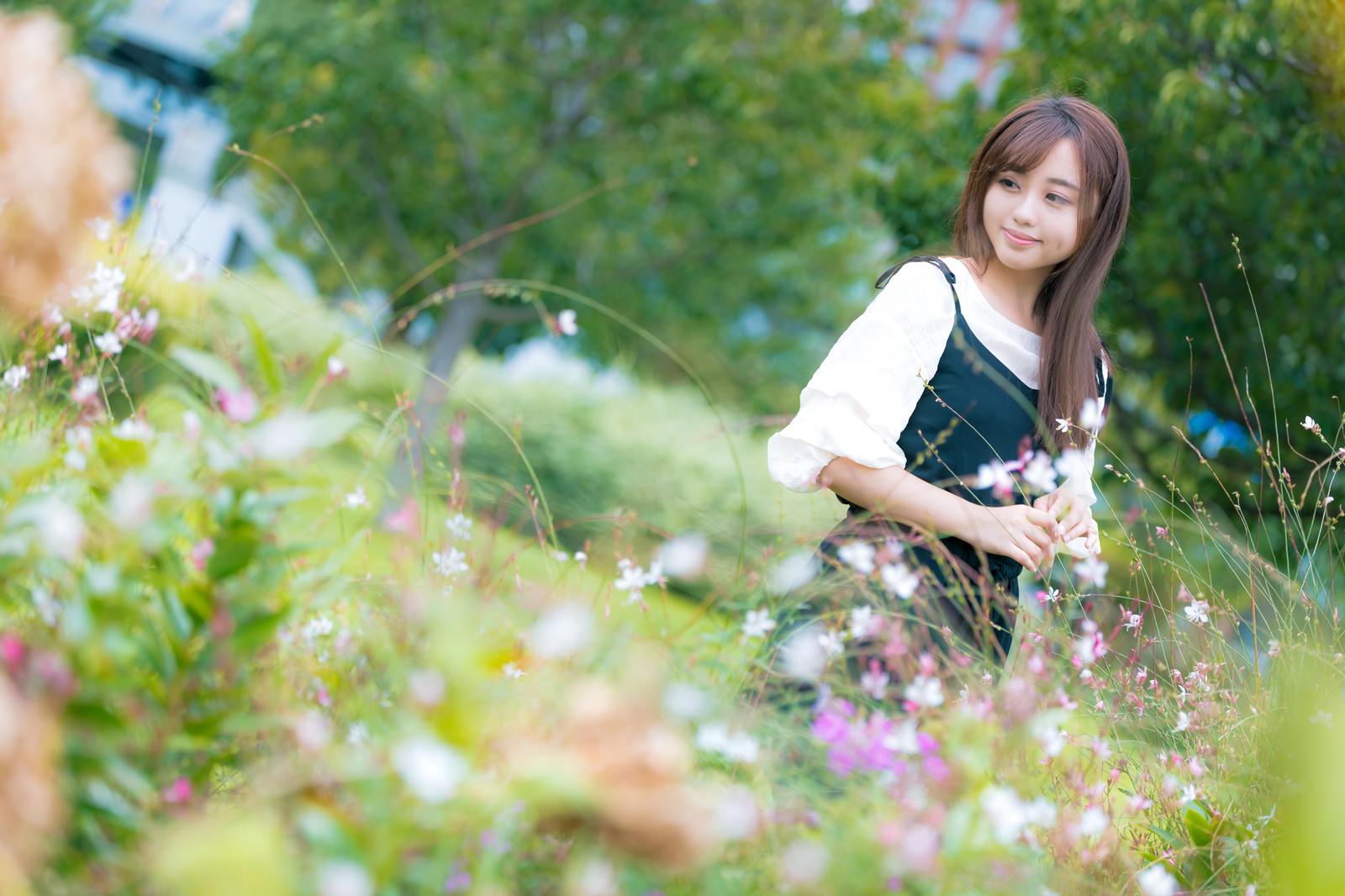 「お花摘みにきました」の写真[モデル:河村友歌]