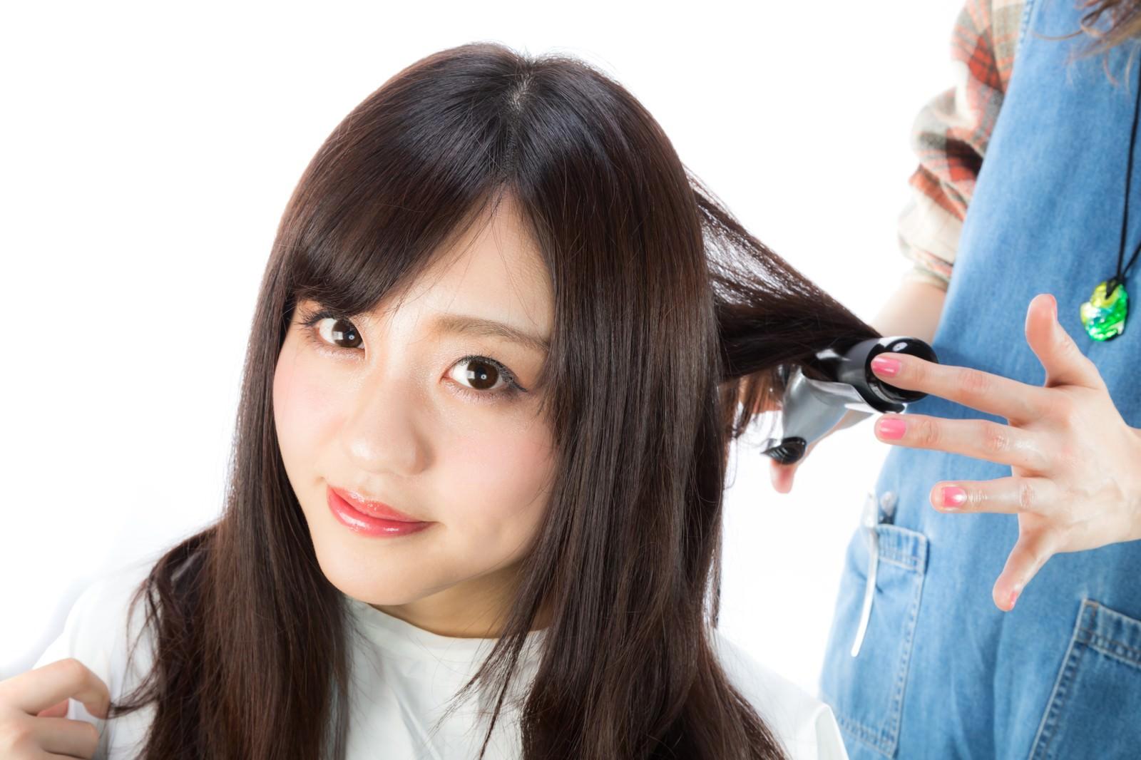 「美容師に髪の毛を巻いてもらう女性美容師に髪の毛を巻いてもらう女性」[モデル:河村友歌]のフリー写真素材を拡大