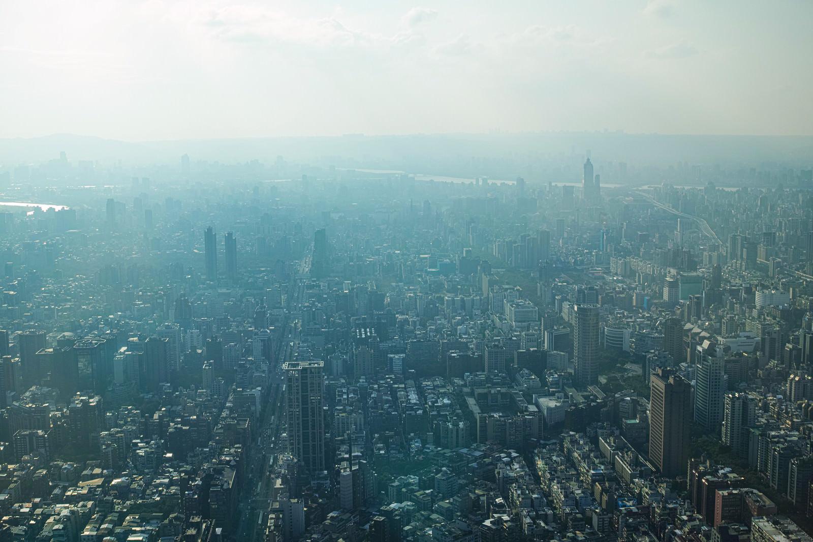 「台北の街並みに降り注ぐ日の光」の写真